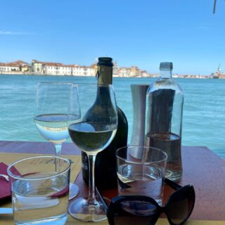 Where to have lunch and dinner trattoria ai cacciatori #venezia #giudecca #piedansleau #monicaglifestyle☀️ #ladolcevita #italy🇮🇹 #withlove❤️ #enjoylife💯 #withmyman💑 #onceuponatime #feelinggood #happy #sundaymood☀️#myfavplaceinvenice